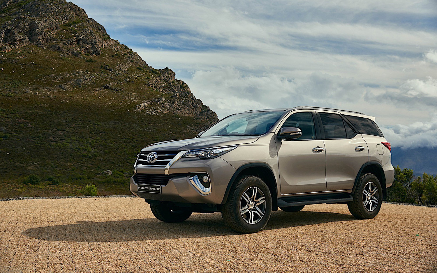 comparison - toyota fortuner crusade 2018 - vs  t 2017