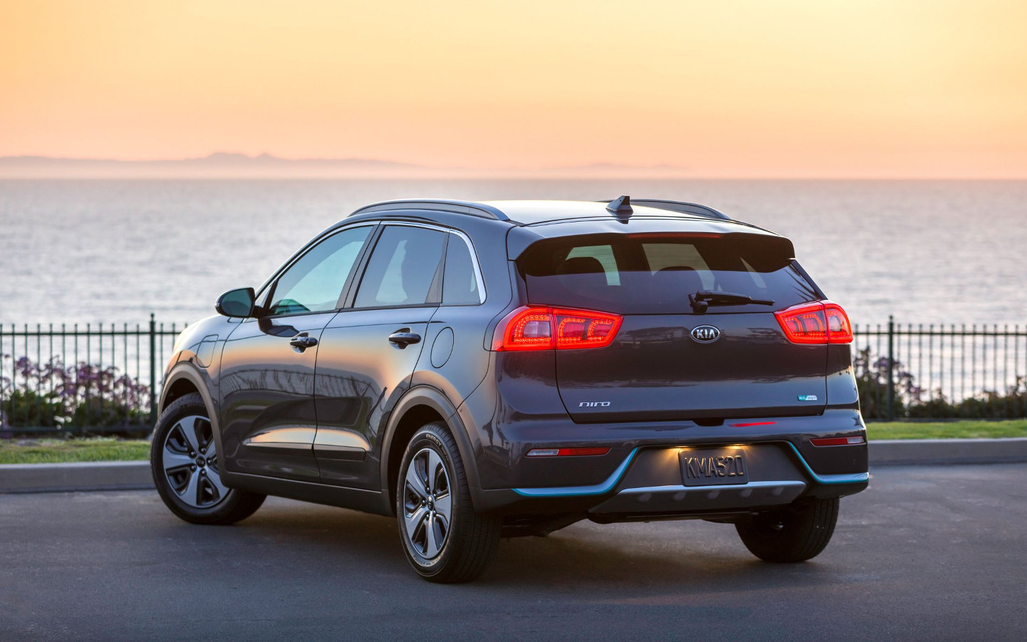 comparison kia niro touring hybrid 2018 vs hyundai