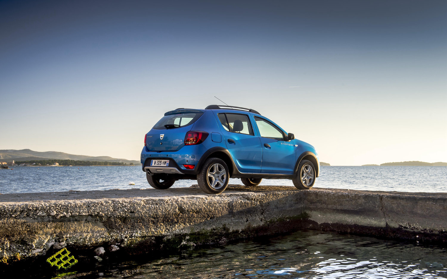 Comparison - Dacia Sandero Stepway Access SCe 75 2016 - vs ...