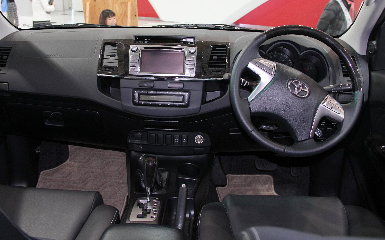 Comparison - Toyota Fortuner 3.0 4x4 AT 2015 - vs ...