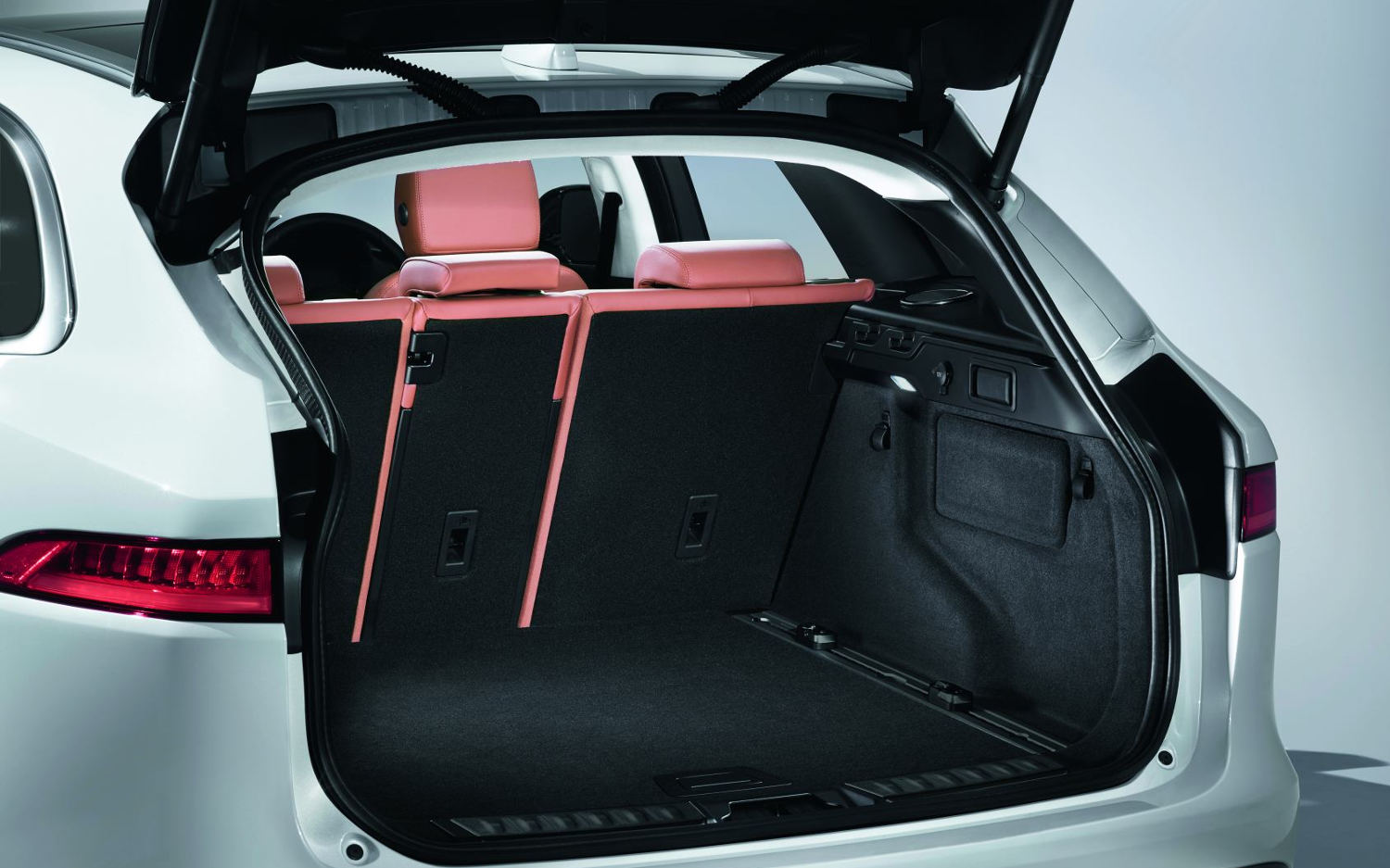 https://www.suvdrive.com/sites/default/files/public/Interior%20trunk/trunk-cargo-Jaguar%20F-pace%20premium%202017.jpg