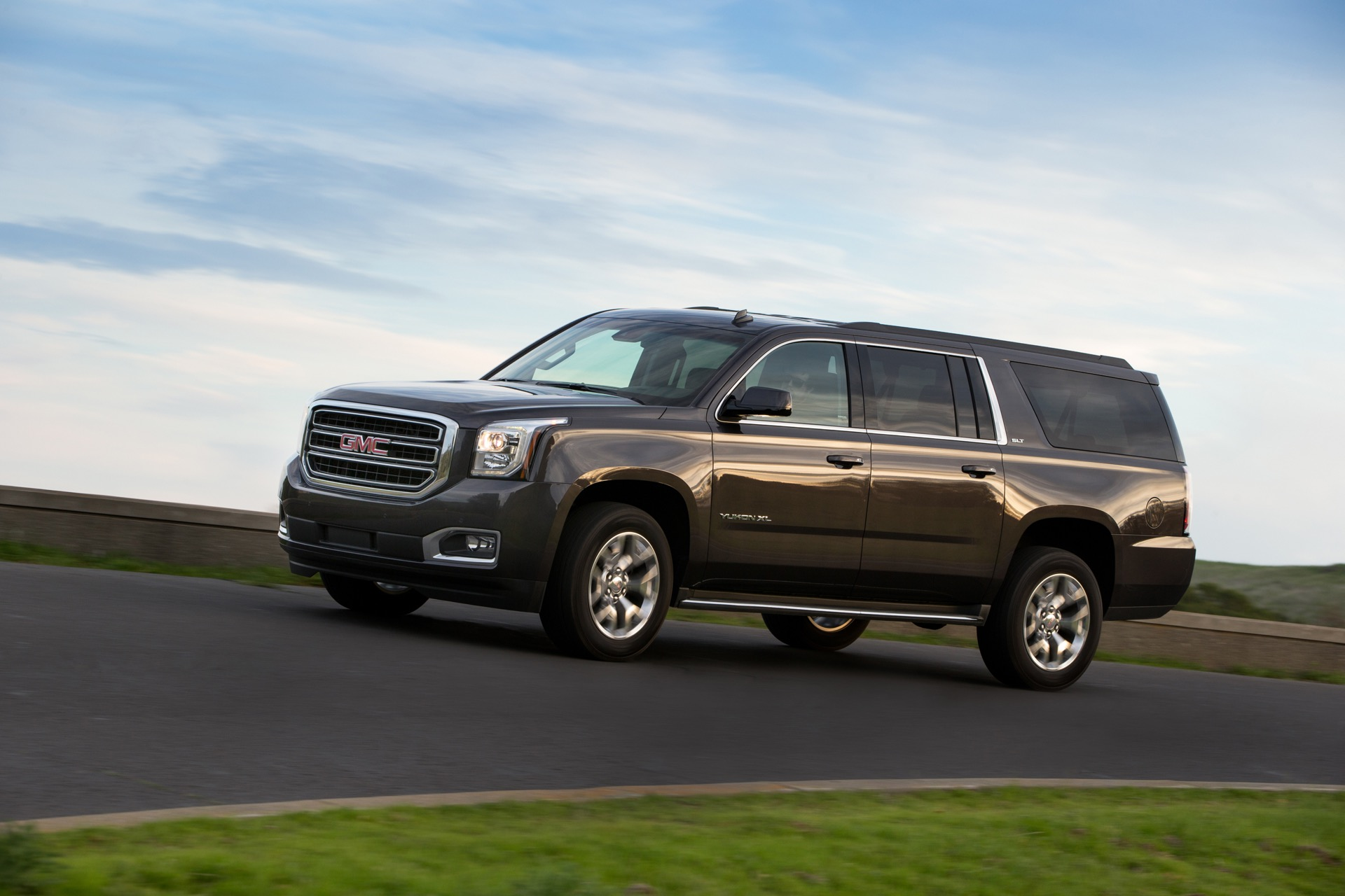 2016 Gmc Sierra 2500hd Crew Cab >> Comparison - GMC Yukon Denali 2016 - vs - GMC Sierra 2500HD Crew Cab Base 2015 | SUV Drive
