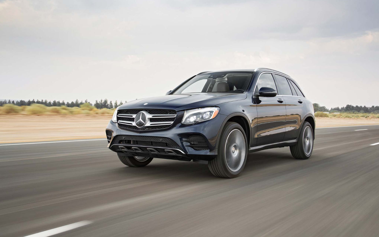 Comparison mercedes benz glc class glc300 4matic 2017 for Mercedes benz gla 300