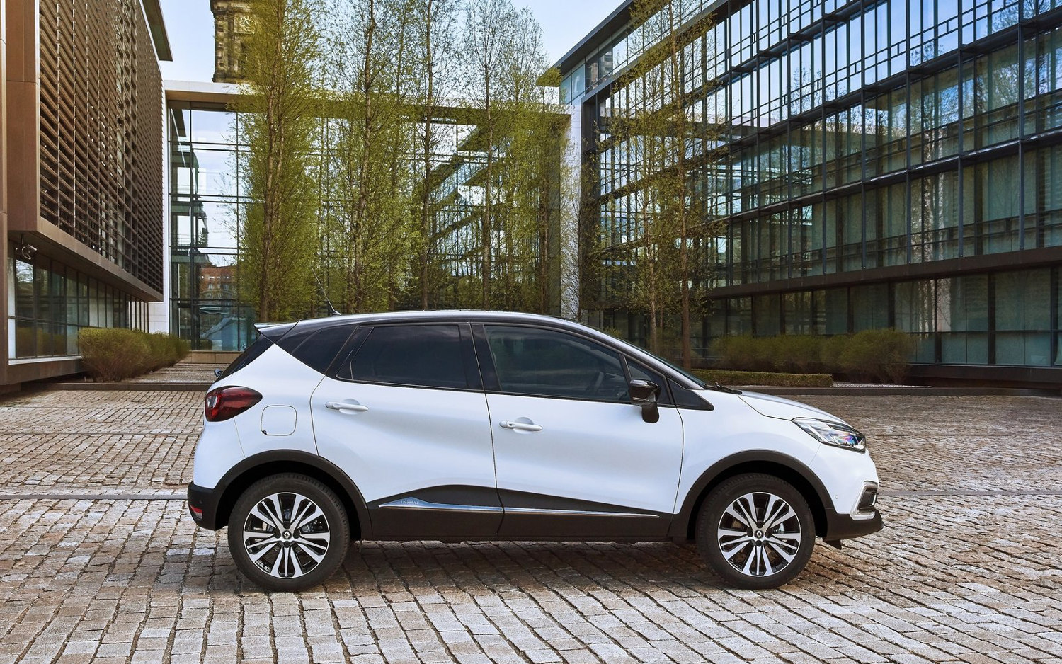 Comparison - Renault Captur Iconic Nav 2018 - vs - Nissan ...