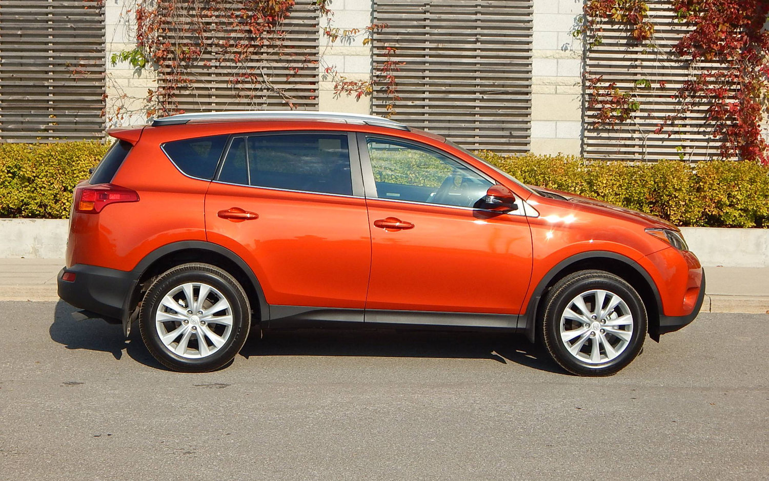 Comparison toyota rav4 suv 2015 vs ford edge sport for Ford edge vs honda crv