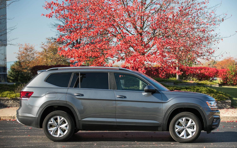 Comparison - Toyota 4Runner Limited 2017 - vs - Volkswagen Atlas SEL 2018 | SUV Drive