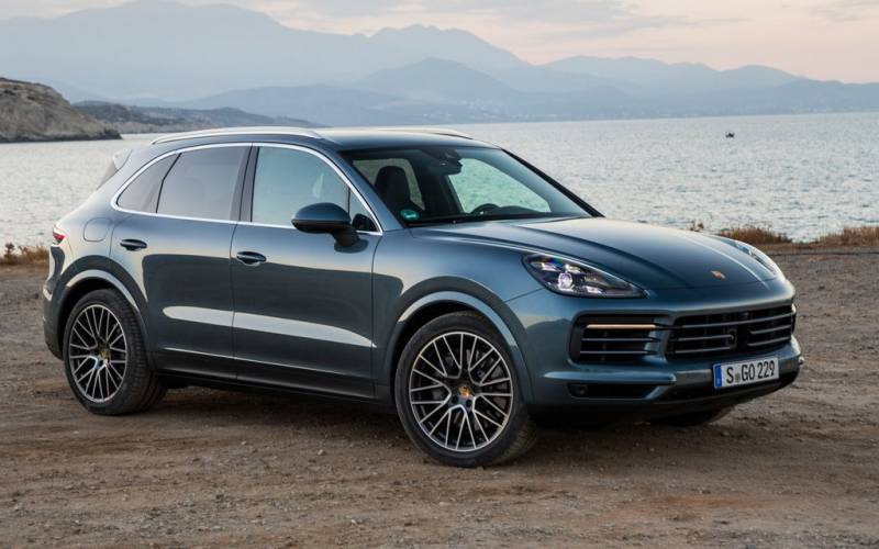 comparison porsche cayenne platinum 2018 vs audi q7. Black Bedroom Furniture Sets. Home Design Ideas