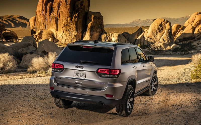 2016 Toyota Highlander Review >> Comparison - Jeep Grand Cherokee Overland 2018 - vs - Toyota Highlander Hybrid XLE 2018 | SUV Drive