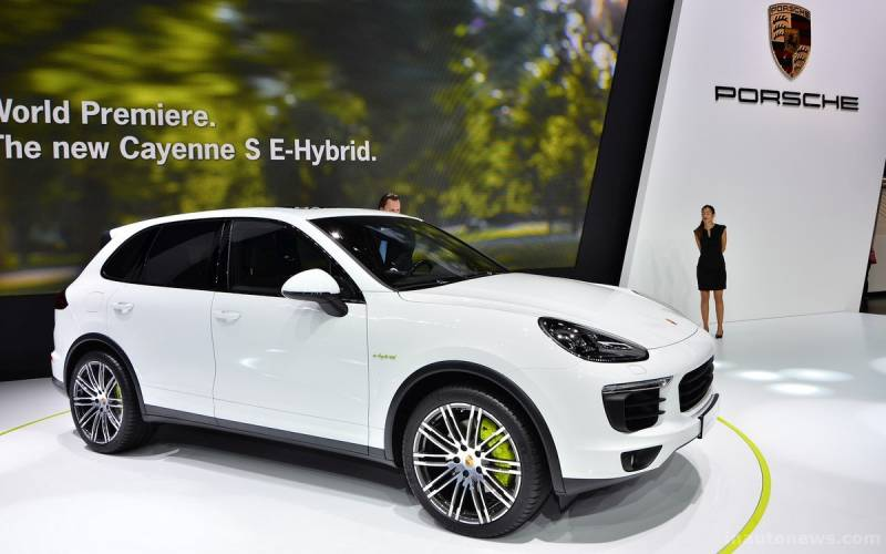 Comparison Porsche Cayenne Hybrid 2017 Vs Bentley Bentayga Base Suv Drive
