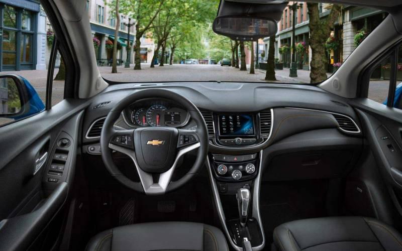 Comparison - Buick Enclave Avenir 2020 - vs - Chevrolet Trax LT 2019 | SUV Drive