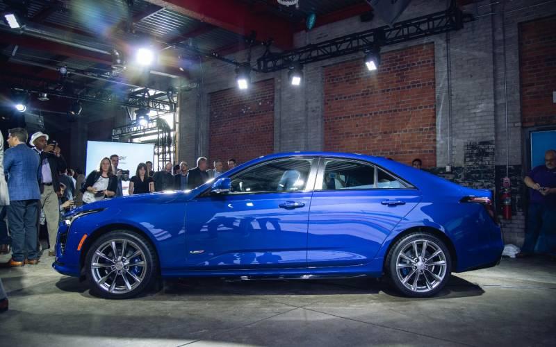 Comparison - Cadillac CT4-V 2020 - vs - Cadillac XT4 Sport ...
