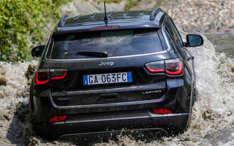 comparison  audi q5 quattro 2021  vs  jeep compass 4xe